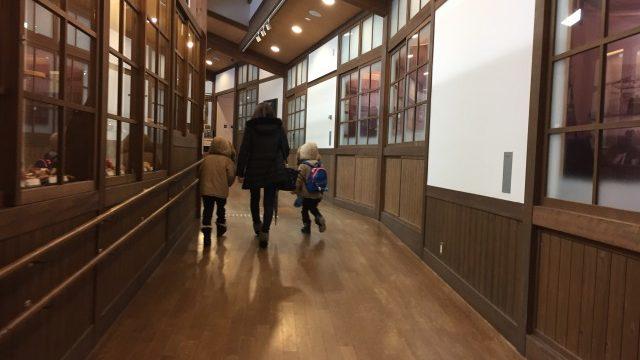 学校の廊下を歩く親子
