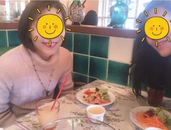 レストランにいる2人の女性